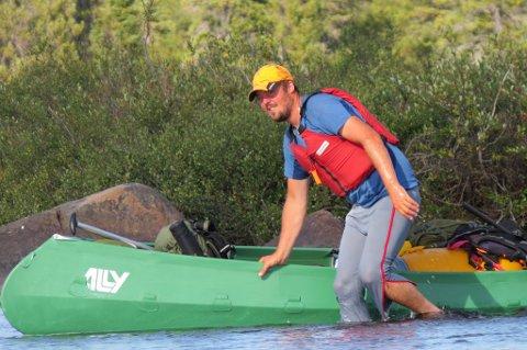 GRUNT VANN: Thomas leder kanoen gjennom et grunt stryk i Snowdrift River. Dette er en fin måte å forsere stryk enn så lenge vanndybden er stor nok. Kanoene er tungt lastet, og det skal ikke mye til før de skades av skarpe steiner eller harde støt. Det er ikke rent få ganger vi har måttet banke på plass skjelettet i disse Ally-kanoene fordi de har hoppet ut av festene sine. Skjer det, så begynner andre stag å tyte ut og presse ut selve kanotrekket: et hardt støt fra en stein mot en slik utbuling og man risikerer en omfattende runde med lapping. Foto: Engelschion