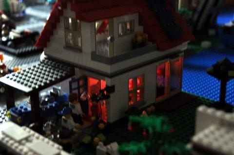 I kjelleretasjen i dette huset er det fest med blinkende lys og ungdommer på tur inn og ut av huset.