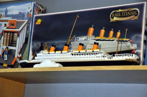 Modellen av Titanic har aller nådigst fått plass i utstillingen. Det er ikke en original Lego, men en kopi av byggemåten.