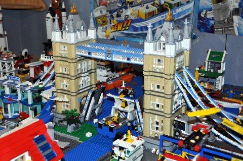 Tower Bridge i London er en av de mest berømte byggverkene i England og kopien Benn har gjort består av om lag 5000 Lego-biter.