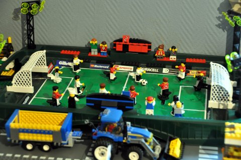 Fotballbanen kjøpte han fra en privat eier for noen år siden. Benn Ole har handlet lokalt, på nett og via sosiale medier samt i Legoland i Billund.
