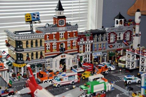 Rekken av hus i bakgrunn består av fire ulike Lego-esker, pris 2000 kroner for hver. Samlet er det mange ti tusen kroner investert i Lego.