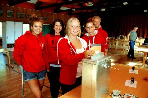 STEMTE I FLOKK: Ragnhild Hemma, leder i Brøttum Bygdeungdomslag, stemte sammen med Dorthe Hemma,Therese Bjugstad, Inger Mari Bjugstad og Lars Hemma.