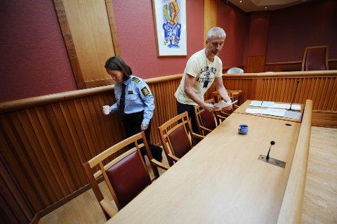 Politiadvokat Lina Ersvik Pettersen og etterforsker Knut Fugelsnes i retten. Foto: Trygve Strand Joakimsen