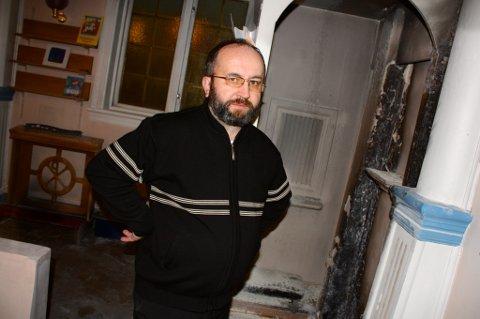 BERGET KIRKA: Sokneprest Marek Michalski er glad for at den katolske kirka ble reddet fra det som kunne blitt en storbrann.