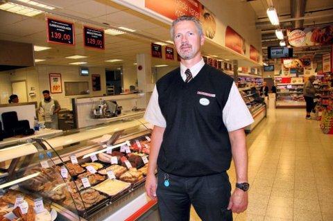 SIER NEI: Lars Erik Karseth på Skarnes driver en av distriktets største dagligvareforretninger og har ikke noe ønske om søndagsåpen butikk. Foto: Petter Geisner (arkiv)