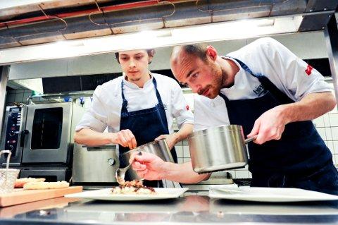 Kokkelærling Henning Skulbru (20) tilhører et fåtall av unge som satser på serveringsbransjen. Her sammen med Andreas Spørck.
