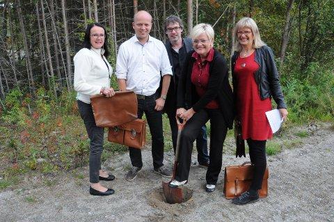 STOR DAG: Statsrådene Trygve Magnus Slagsvold Vedum og Kristin Halvorsen var på Tynset og feiret arkiv udner valgkampen sammen med stortingsrepresentantene Olov Grøtting og Karin Andersen, samt en glad ordfører Bersvend Salbu.