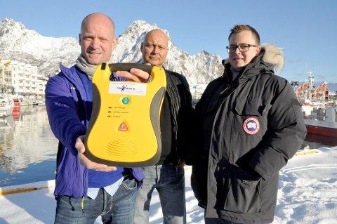 Jim Eide, Stig Palmberg og Stein Rudi Austheim har gått til innkjøp av hjertestartere.