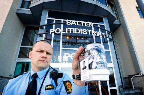 Politibetjent Vegard Kristiansen beslagla falsk bøsse og falsk ID-kort.