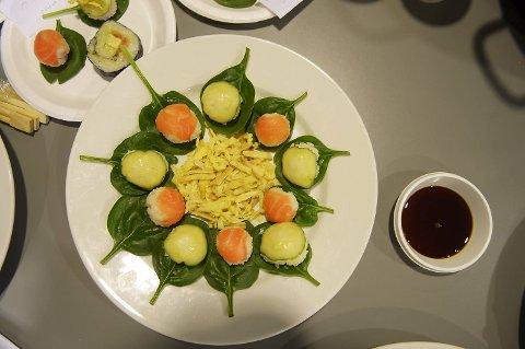 Det japanske laget hadde laget kuleformet sushi med laks og agurk. Hemmeligheten ligger i risen som en blandet med sesam og rød eddik.