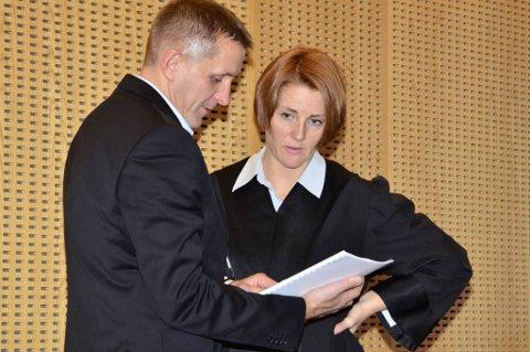 Politibetjent Frank-Robert Gullfjell og statsadvokat Hilde Stoltenberg mener en lang rekke indisier tegner et bil  de av tiltaltes tilknytning til metamfetaminet som ble funnet nedgravd ved ei hytte i Rana i 2011.