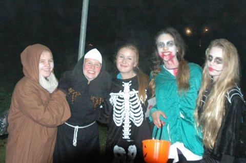 Morsomt og skummelt på Riddergaarden. Karina Bondehagen (i midten) feiret også bursdag på halloween.