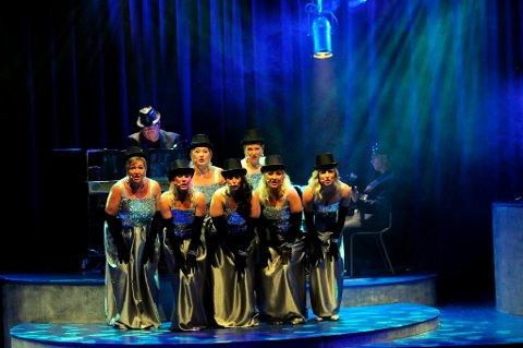 Jentene i Breviksrevyen bejubler kvinners stemmerett og er like elegante ogvelklingende som damene på scenen i Broadway.