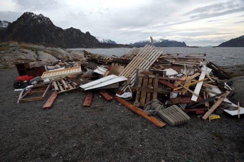 Bålplassen til innbyggerforeningen på Kuba i Svolvær ble forleden for andre gang i høst utsatt for ulovlig søppeldumping. Foto: Knut Johansen