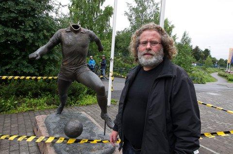 NÅ FÅR HAN HODE: Tom Lund-statuen ble halshugget i forkant av Lillestrøms hjemmemøte med Vålerenga. Søndag er kunstner Bjørn Sørvang Hansen med på avdukingen av den komplette versjonen av statuen.