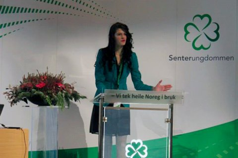 Her taler Eirill Teigstad på Senterungdommens landsmøte.