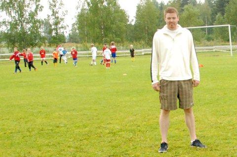 Fredrik Larsen blir Blakers nye trener. Her fra fotballskolen på Bruvollen i sommer.