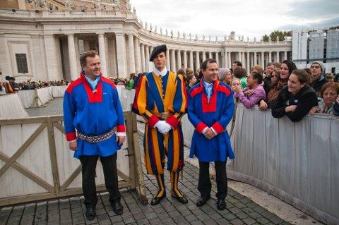 LIKE: Kledd i karasjokkofter er Geir Jon Aarskog og Heintz Valvatne ikke helt ulike Pavens egen sveitsergarde.