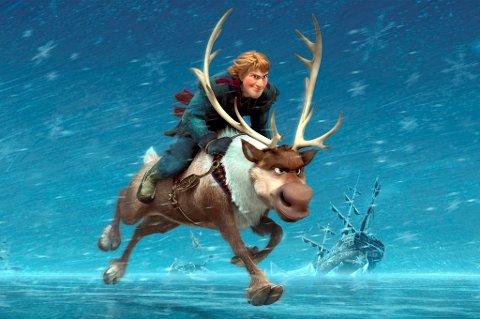 Kristoff (Thorbjørn Harr) i full fart på reinsdyret Sven i «Frost».