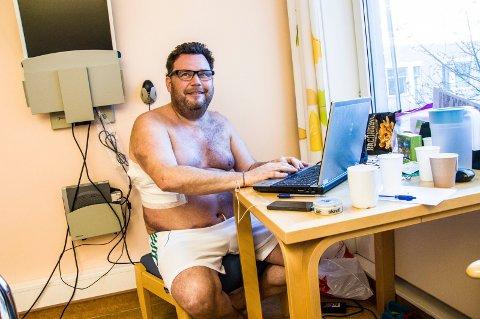 Jarle Gogstad er operert for lungekreft på Rikshospitalet, fra sykehusrommet deler han sykdommen til sine 1.300 venner på Facebook. (Foto: Elisabeth Løsnæs)