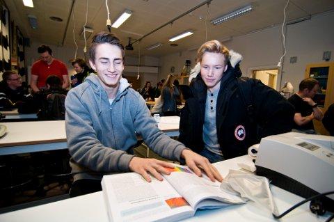 I STUSS: Jakob Henstein (16) (til venstre) og kameraten Rikhard Bjørgve (16) er elever på Kongsbakken videregående skole i Troms. Selv om de får bedre eksamenskarakterer enn sine jevnaldrende på Norges Toppidrettsgymnas (NTG), får lavere standpunktkarakter. Begge foto: Jørn N. Pedersen