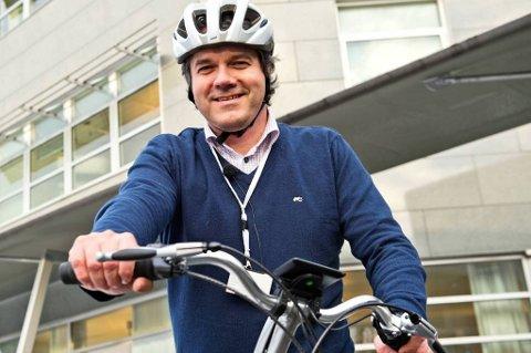 Fylkesordfører Tom-Christer Nilsen kjører el-sykkel til og fra jobb mellom Askøy og Bergen sentrum.