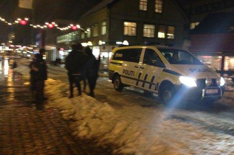 PÅ LETING: Etter å ha søkt i flere bydeler, fortsatte politiet letingen etter den antatt bevæpnede mannen i Tromsø sentrum.