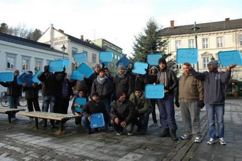 En gjeng beboere fra transittmottaket demonstrerte onsdag ettermiddag.