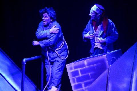 SKURKENE: Morten Bergheim (t.v.) som Piperenseren og Herman Jørgenrud som Juleskurken gir stykket mengder med humor og morsomt spill på scenen.