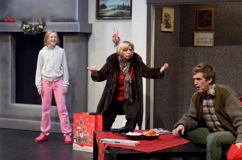UHELDIGE: Helene Snellingen (til venstre), Kari Schøyen Paulsberg og Magnus Skjærvold spiller familien som blir frastjålet alle julegavene.