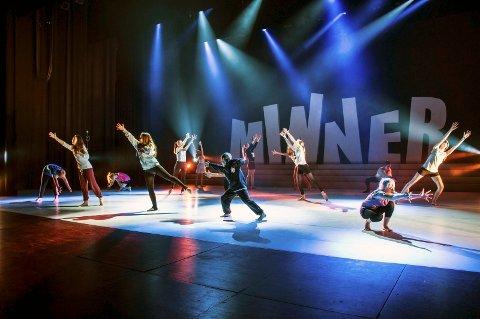 Lange dager i Bølgen: Elevene ved Studio Nille danser koreografien sin om og om igjen i Storsalen, og gjør seg klare til tirsdagens premiere. Foto: Caroline Vagle