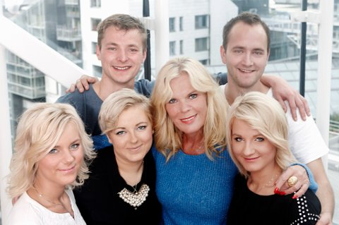 Inger Ellen Nicolaisen sammen med fosterbarna Sandra, Ine, Rebekka, Eirik og Andreas.