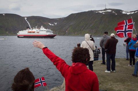 """DYRT: Havneavgiftene fra Nordkapp er blant dem Hurtigruten nå vil undersøke nærmere. De mener havna har overfakturert selskapet de siste to årene. Her fra mottakelsen under """"Hurtigruten minutt for minutt""""."""