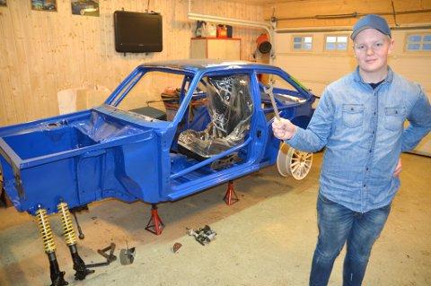 Martin Furuseth foran karosseriet til en Ford Escort MK2, som han skal kjøre i juniorklassen i rallycross neste sesong. Unggutten bygger bilen selv, i samarbeid med faren og onkelen sin.