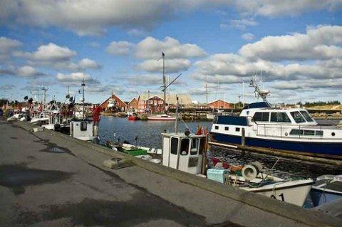 Rettssaken startet på dagen ett år etter en dramatisk politiaksjon her utenfor havnen i Aalbæk nord på Jylland. En norsk mann ble drept.