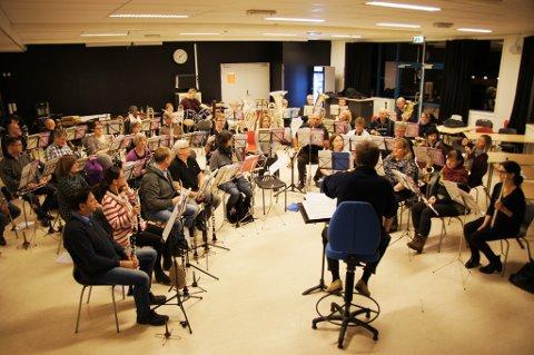 SISTE PRØVE: Bildet er tatt på Ås ungdomsskole. Nå er Ås & Vestby musikkorps klar for en ny Nyttårskonsert.