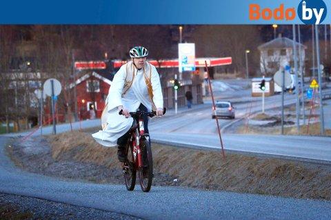 Sogneprest Torgeir Horn er både Jesusfrelst  og sykkelfrelst. Her på to hjul gjennom Løding, som han mener er et oversett stedsnavn.