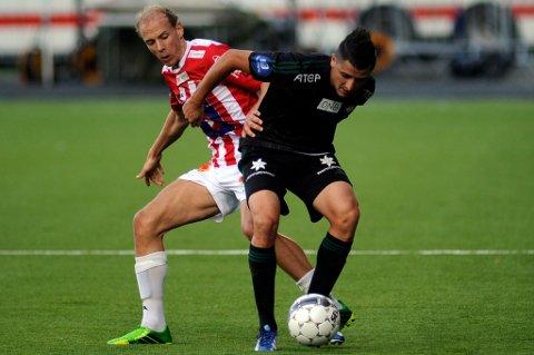 Ruben Kristiansen i duell med Vålerengas Diego Calvo på Alfheim i august. Oslo-klubben har prøvd å gi Strømsgodset konkurranse om TIL-backen, men nå kan begge klubbene droppe interessen etter et tøft motkrav fra TIL.