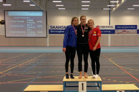 PALLPLASS: Sigrid Semmingsen (t.h) tok bronse i NM i mangekamp i friidrett innendørs i Sandnes søndag. I midten gullvinner Frida Thorsås, til venstre sølvvinner Caroline Fleischer. Foto: Henrik Johnsen
