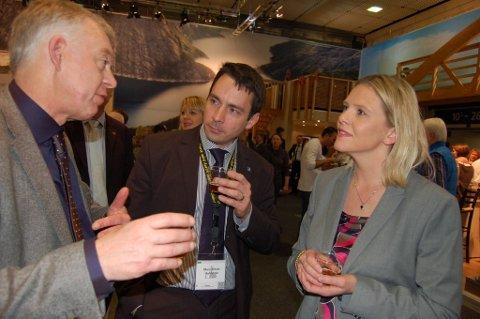 Pressesjefen i den tyske bryggeriforeningen, Marc-Oliver Huhnholtz tester norsk øl med Petter Nome og Sylvi Listhaug.