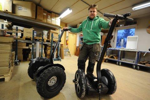 Asgeir Ove Dahl fra Averøy har importert to elektriske tohjulinger til Nordmøre. Foto: Trygve Strand Joakimsen