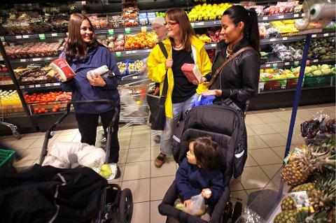 Camilla Helgesen, Carina Wansell og Kaja Opsahl velger økologisk mat til både seg selv og sine barn av helsemessige årsaker og synes ikke at matvareprisene i Norge er særlig avskrekkende. Men 15 prosent av oss oppgir at vi ser på økte matvarepriser som en trussel mot privatøkonomien, ifølge Sparebanken sin forventningsundersøkelse.