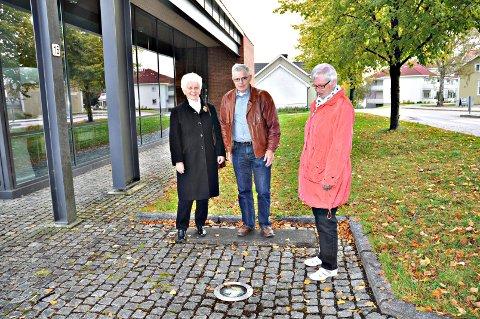 her skal han stå:  Unni Gangnæs (t.v.), Arne Moberg og Jorun Westerby fra historielaget foran plassen der Wilse-skulpturen skal avdukes.     arkivfoto