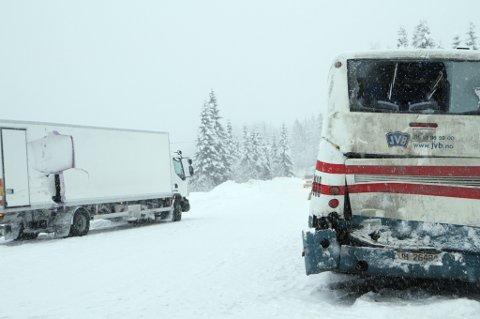 Begge kjøretøyene fikk skader i sammenstøtet. Foto: Geir Norling