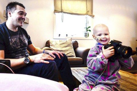 Selma Jacobsen er en sprudlende treåring. I fjor sommer fikk hun akutt leukemi og er inne i en knalltøff cellegiftbehandling. Pappa Tommy Kristiansen forteller at Selma er glad i å ta bilder. Nå planlegger familien en felles innsamlingsdag av tomgods i Drammen for å få penger til SuperSelma-prosjektet.