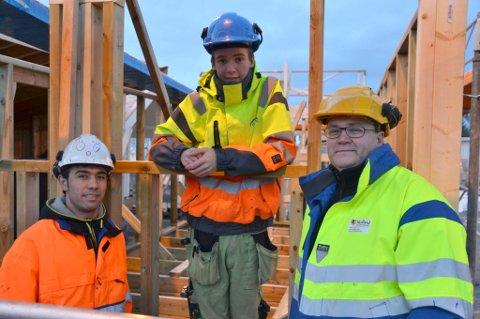Blir tømrere: Fra venstre bygg- og anleggselevene Faheem Rahimi og Ruben Torheim tror på fremtiden i bygg- og anleggsbransjen, her sammen med avdelingsleder Sten Kolloen. De er tre av de du kan lese mer om i bilaget.
