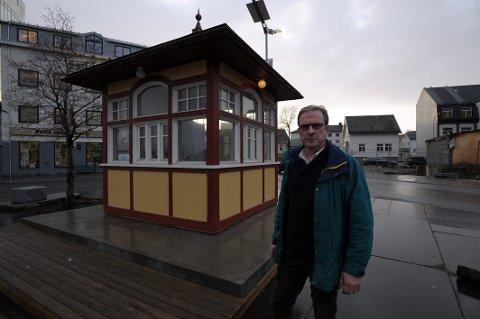 Leder Svein H. H. Tennes i Svolvær Innbyggerforening sier bykiosken på dagens lokalitet blir lite leid ut.