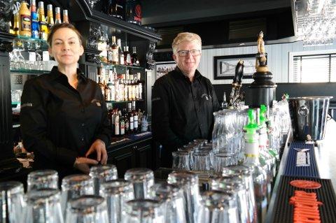 Sigrid Blekastad og Bjørn Staxrud bak disken hos nyåpnede Sandbeck Pub i Brandbu.  FOTO: Line Stensland Haglund