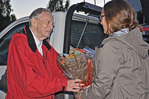 HEDRET: Helge Stenersen ble hedret for sitt mangeårig arbeid for Brandbu i september 2013. Her får han blomster av Hilde Tangen ved frivilligsentralen. Arkivfoto: Annika Birkelund
